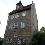 1920px-Renzenhof_Hartmann-Schedel-Straße_1_Ehem._Herrensitz_D-5-74-152-21_2015-06-12_19.10.56